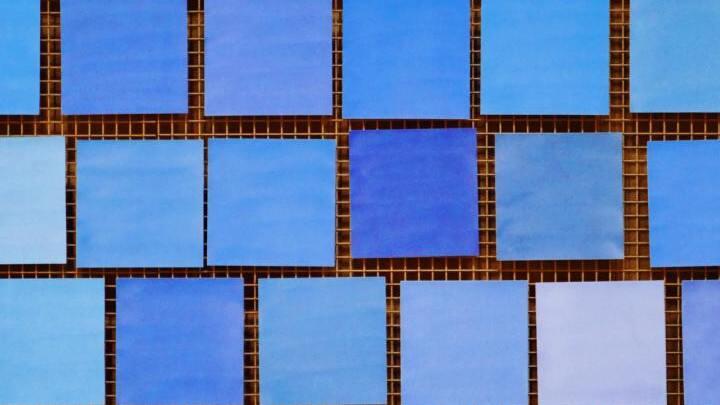 Blaue Kacheln mit Farbverlauf auf Gitter